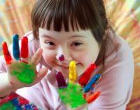 Время надеть разные носки: 21 марта весь мир отмечает День людей с синдромом Дауна