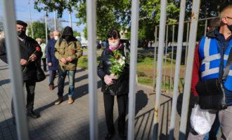 Ослабление карантина, провокации в День победы, и цветущее поле маков с ковылем в Запорожье: май в фотографиях