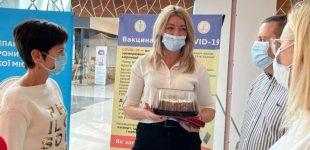 Триста тысяч вакцинаций: одесситке подарили торт за прививку от COVID-19, — ФОТО