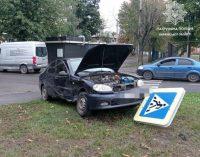 В Харькове не разминулись два легковых автомобиля: один из них сбил пешеходный знак, — ФОТО