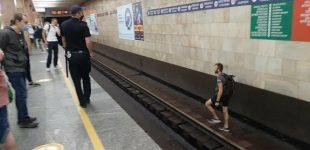 В столичной подземке мужчина «подшофе» гулял по путям: движение поездов было заблокировано