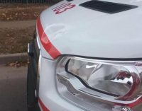 В Харькове неизвестные ногами и палками громили машину «скорой», пока медики и водитель выносили на носилках больного, — ФОТО