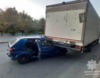 В Харькове легковое авто «влетело» под грузовик: пострадавшего водителя госпитализировали в больницу, — ФОТО