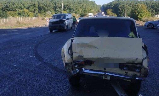 В Харькове на Окружной дороге столкнулись легковой автомобиль и микроавтобус: есть пострадавшая, — ФОТО