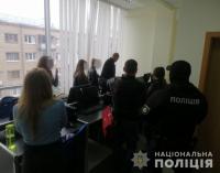 Выдавали себя за представителей бирж: в центре Харькова силовики «накрыли» мошеннический «call-центр», — ФОТО