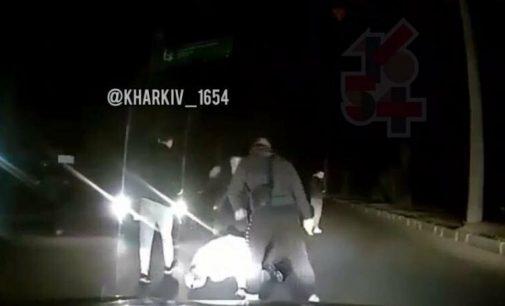 Кадры с избиением мужчины неизвестными посреди дороги: в Харькове полиция начала расследование и ищет свидетелей