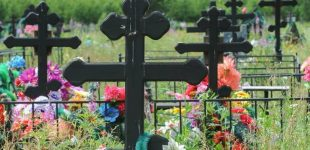 Бизнес на горе: в Киеве чиновники торговали местами на кладбище. Им вручили подозрение