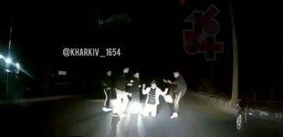 Видео с избиением мужчины группой неизвестных посреди дороги: харьковская полиция начала проверку, — ВИДЕО