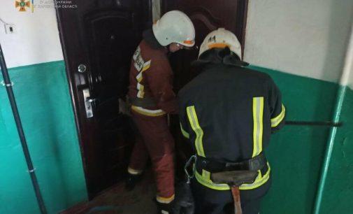 Упала на пол и не могла подняться: на Харьковщине спасатели взломали дверь квартиры и помогли пенсионерке, — ФОТО