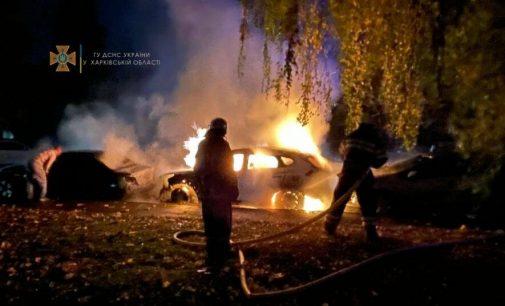 В Харькове из-за замыкания в электрооборудовании загорелся автомобиль: огонь перекинулся на две соседние машины, — ФОТО