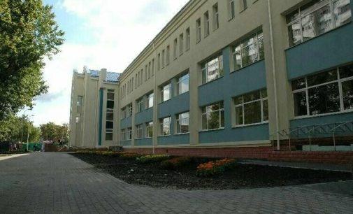 В одной из школ Киева дети задыхаются из-за грибка, а стены здания в трещинах, — ВИДЕО
