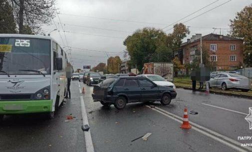 В Харькове водитель авто «Hyundai» на скорости «протаранил» маршрутку и легковую машину, — ФОТО