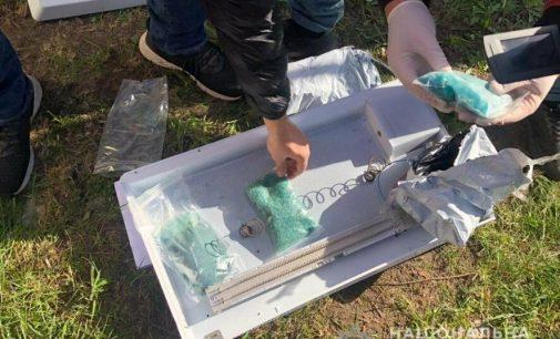 Переносил килограмм наркотиков в обогревателе: под Харьковом полицейские задержали «оптового закладчика», — ФОТО
