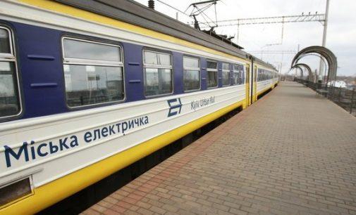 В Киеве городская электричка насмерть сбила человека: на месте работает полиция