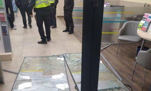Дерзкое ограбление: в Киеве рецидивист разбил двери банка и пытался вынести наличку, — ФОТО
