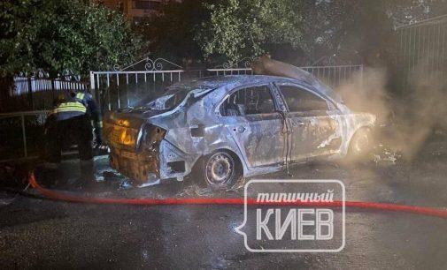 Месть частных парковщиков? В Киеве подожгли авто и оставили послание, — ФОТО